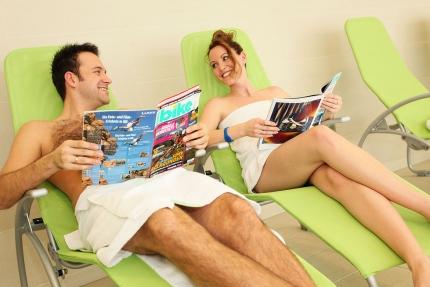 Entspannende Liegen im Hallenbad des Schwesterhotels Sporthotel ROYAL X – Appartements direkt am See – Seevilla Cattina