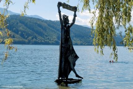 Statue im Millstätter See – Seevilla Cattina – Urlaub im Appartement am Millstätter See in Kärnten