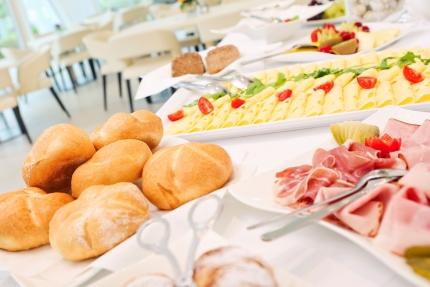 Frühstücksbuffet im Schwesterhotel, Hotel ROYAL X – Urlaub im Appartement – Seevilla Cattina am Millstätter See