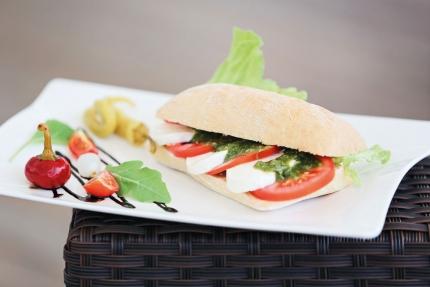 Tomaten-Mozarella-Pesto-Brötchen in an der X-Bar im Schwesterhotel Hotel ROYAL X – Seevilla Cattina – Urlaub im Appartement am Millstätter See