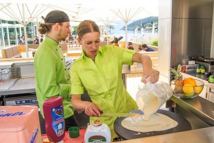 Zubereitung von süßen Crêpes – X-Bar – die Strandbar am Millstätter See – Seevilla Cattina – Urlaub im Appartement am Millstätter See
