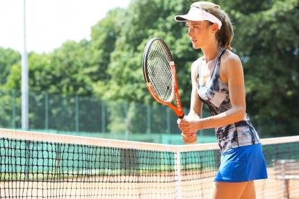 Tennis spielen am Freiplatz des Schwesterhotels, Hotel ROYAL X – Appartements am Millstätter See – Seevilla Cattina