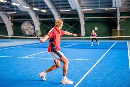 Tennis spielen in der Tennishalle des Schwesterhotels, Hotel ROYAL X – Appartements am Millstätter See – Seevilla Cattina