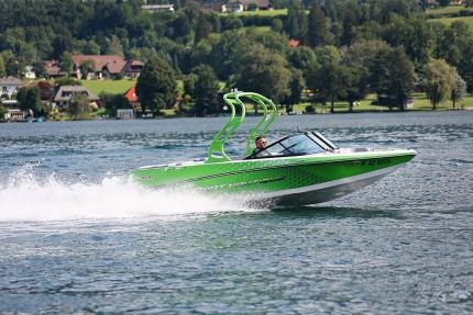 Motorboot fahren am Millstätter See beim Schwesterhotel Hotel ROYAL X der Seevilla Cattina – Appartements direkt am See