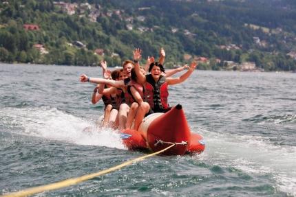 Bananaboat fahren am Millstätter See beim Schwesterhotel ROYAL X – Appartements direkt am See in Kärnten – Seevilla Cattina