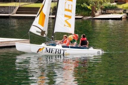 Catamaran fahren beim Schwesterhotel Hotel ROYAL X – Seevilla Cattina – Urlaub im Appartement am Millstätter See
