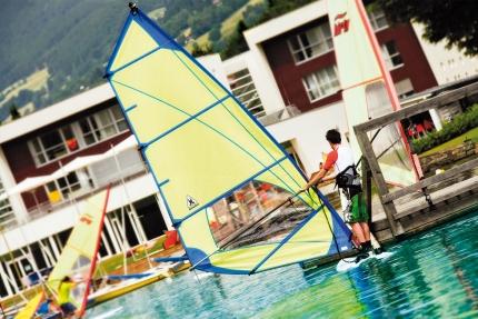 Windsurfen beim Schwesterhotel Hotel ROYAL X – Seevilla Cattina – Urlaub im Appartement am Millstätter See